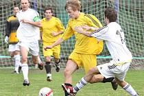 Fotbalisté Střekova (žluté dresy) nedokázali už v šesti zápasech v řadě bodovat. V domácím souboji proti Žatci chtějí svěřenci kouče Čítka nelichotivou sérii prolomit.