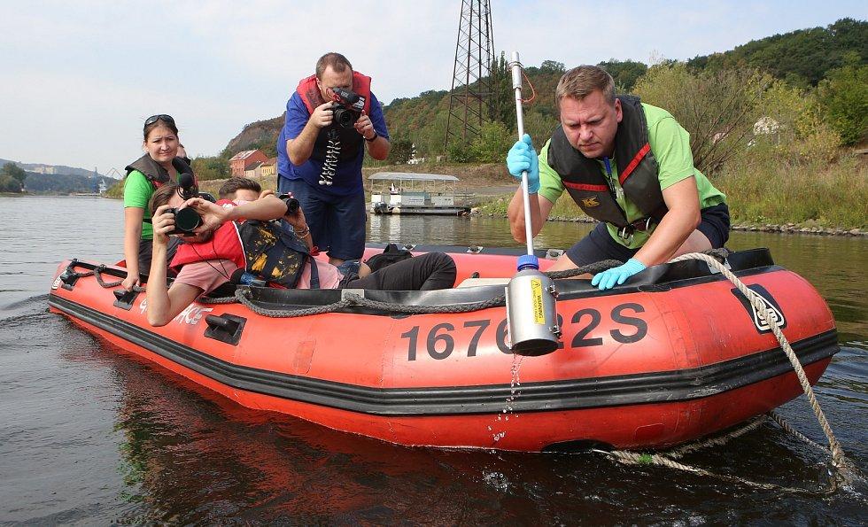 Členové Greenpeace na lodích odebírali vzorky Labské vody.