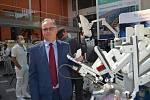 Prezentace robotické chirurgie v ústecké Masarykově nemocnici. Na robotu už tamní lékaři udělali na čtyři tisíce operací. Na snímku přednosta Kliniky urologie a robotické chirurgie Jan Schraml.