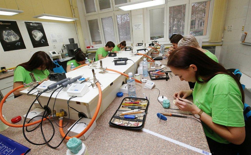 Soutěž zubních laborantů Ústecký dent. Anatomická modelace korunek z vosku