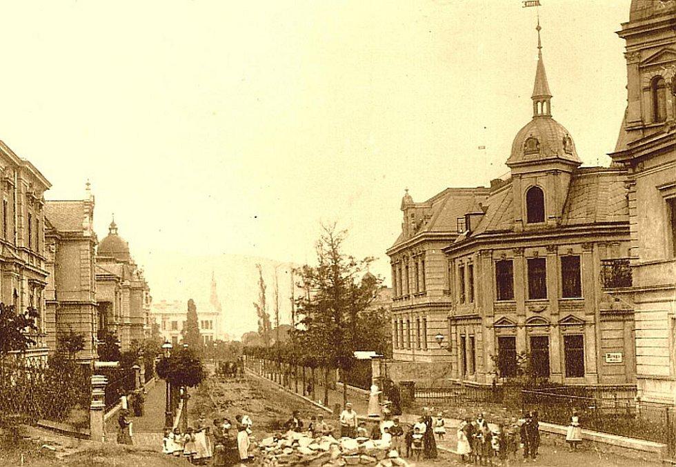 1900: Churchillova ulice, dříve Bismarckova, z roku asi 1900 ještě před postavením Chrámu apoštola Pavla.