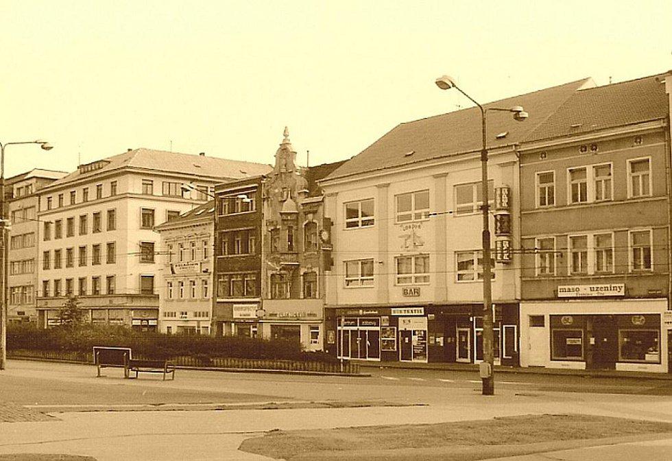 2000: Proměny Mírového, dříve Tržního náměstí, zástavba na jižní straně.