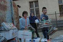 Děti ze ZŠ České mládeže na školním dvoře sesbíraly několik tun starého papíru.