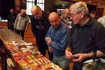 Burza předmětů s pivní tématikou v domě kultury.