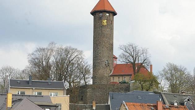 Červená zámecká věž dnes slouží jako restaurace. Původně zde však stál středověký hrad.