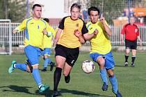 II. třída Ústí n/L. Fotbalisté Vańova (žlutomodří) přehráli béčko Velkého Března (oranžovo-černí) na jeho trávníku 0:8