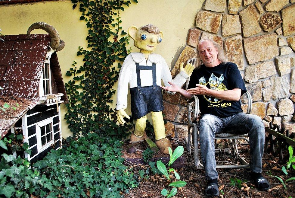 Bubeník kapely Kabát Radek Hurčík zvaný Hurvajs má na zahradě u svého domu v Dubí na Teplicku dřevěnou sochu Hurvínka, kterou dostal od kolegů z kapely ke 40. narozeninám.