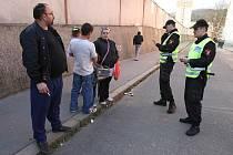 Strážníci v Krásném Březně během dvou hodin zkontrolovali 56 osob, 17 vozidel, 4 restaurace, 5 barů, 7 provozoven s automaty, 9 večerek a 21 psů. Udělili 4 blokové pokuty.