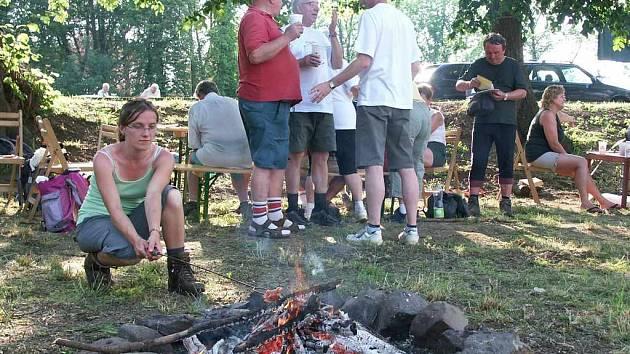 Cílem Memoriálu byl i přes horké počasí táborák