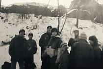 Novoroční výlet na Blansko, polovina 80. let minulého století, 6. TOM. Zcela vlevo člen Petr Janšontek, v pozadí vedoucí Michal Polesný, muž s vousy vedoucí 7. TOM Vladimír Pek a další.