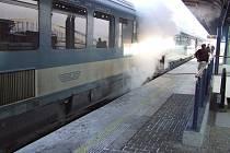 Požár jídelního vagonu zastavil vlaky na ústeckém nádraží.