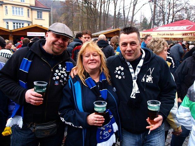 Trojice fanoušků z Drážďan na čtvrtečním finále v Ústí – zleva Sepp, Silvia a Andy.