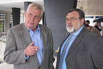 Senátor Jaroslav Doubrava s Milošem Zemanem před ústeckým magistrátem. Jak by asi hlasoval Zeman, o doživotní imunitě?