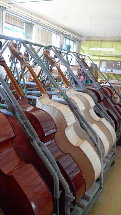Blondýny jsou basy, které mají skoro bílou barvu a pořizují si je hlavně jazzmeni. Název těmto nástrojům dali zdejší kumštýři a je jasné proč.