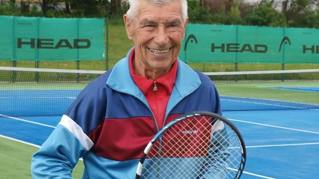 Stanislavu Ehnertovi je už 84 let, ale stále ho můžete vidět ve Všebořicích hrát tenis.