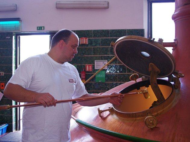 Mistr varny Petr Hájek kontroluje kvalitu vařené várky mladiny.