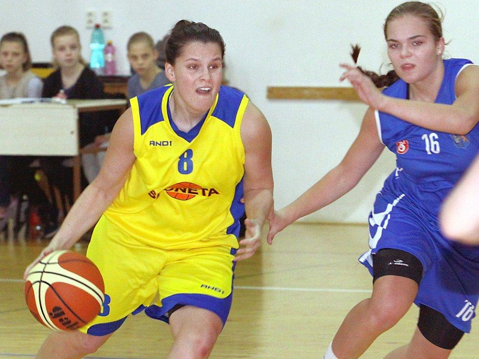 Basketbalistky Slunety (vlevo Kallmünzerová) doma v prvním utkání play off porazily pražskou Aritmu 75:54 a ujaly se vedení v sérii.