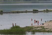 Pláž u Milady v horkých dnech láká stále více návštěvníků. V neděli odpoledne bude patřit žhavé novince světových pláží, takzvanému flyboardingu.