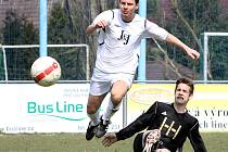 Pohár starosty obce Chuderov ovládli hráči domácího týmu (v bílém).