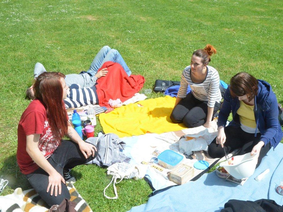 Na sobotní férovou snídani pozvali studenti univerzity.