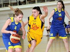 Basketbalistky ústecké Slunety (vlevo Koubová, vpravo Vopálenská) zvítězily ve Varnsdorfu 65:39.