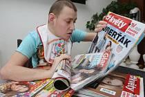 Autista Jiřík je závislý na barevných časopisech.