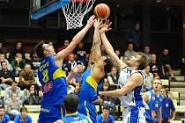 Ústečtí basketbalisté (v modrém) podlehli poprvé v sezoně brněnskému nováčkovi.