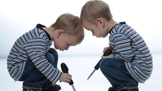 Malí opraváři. Ilustrační foto.