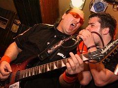 Kytarista Toxic People Benji a zpěvák Býdža.