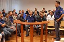 Celou soudní síň zaplnili obžalovaní, jejich právní zástupci a jenom několik málo osob z veřejnosti.