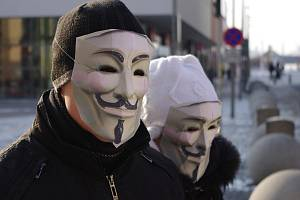 Zpěvem a skandováním hesel skončila v sobotu na Lidickém náměstí krátce po půl čtvrté pokojná demonstrace proti mezistátní obchodní dohodě ACTA.
