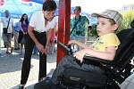 Sedmiletý Matěj Říha má z vozíku velkou radost. Již nebude odkázaný na to, že ho někdo bude tlačit.
