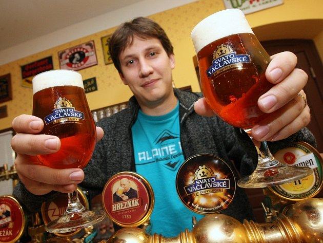 Nejsilnější speciál, Svatováclavské pivo. Na snímku mladší sládek Michal Rouč.
