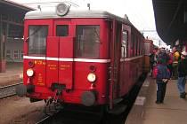 Historický motoráček přezdívaný Hurvínek by měl do Zubrnic jezdit i letos.