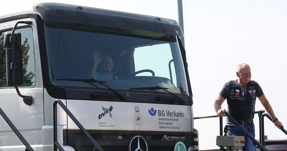 Dopravně bezpečnostní akce policie a záchranářů proběhla v pátek na dálnici D8 poblíž Ústí nad Labem