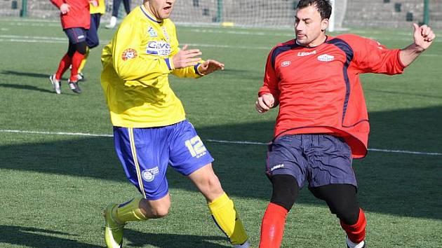 Fotbalisté Neštěmic (žluté dresy) remizovali v přípravném střetnutí s Juniorem Děčín 3:3.