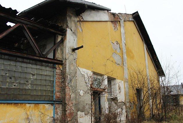 """Budovy bývalého depa vSokolově jsou nyní vhrozném stavu. Pomoct jim má Program na regeneraci starých průmyslových areálů, který vznikl díky programu RE:START""""."""