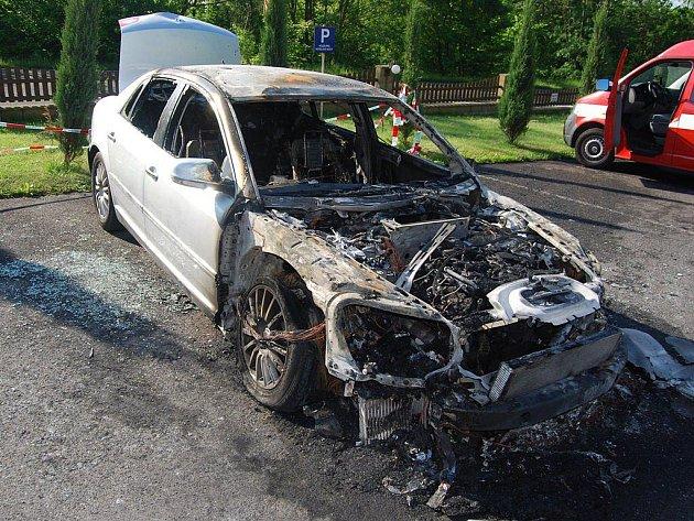 Auto hořelo v Chlumci u hotelu Bonaparte