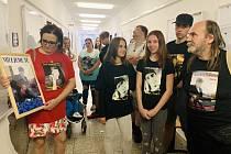 Rodina a přátelé zavražděného mladíka přišli k ústeckém soudu