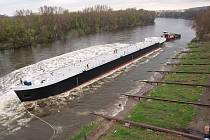 Vodu na Labi rozčeřil ocelový plovoucí kolos dlouhý 110 metrů, široký 11,5 metrů.