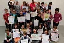 MLADÍ STUDENTI píší na mediální výchově zprávy i reportáže, vyrábějí ale i plakáty.