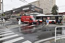 Nehoda autobusu a osobního auta v centru Ústí nad Labem.