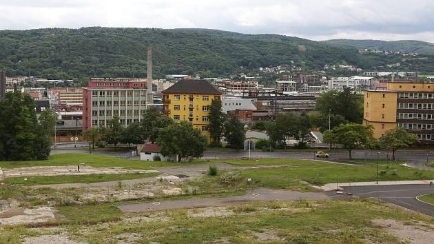Pohled z kampusu do prostoru bývalé porodnice. V pozadí chemička.