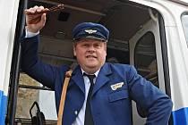 Václav Kopta jako průvodčí v historickém autobusu