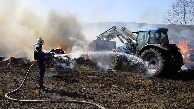 Tři hasičské sbory celou noc zápasily s  požárem tisíce balíků slámy.