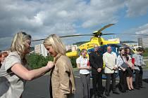 Dvanáct Diplomovaných záchranářů slavnostně ukončilo na heliportu ústecké záchranné služby své tříleté studium na Vyšší odborné zdravotnické škole.