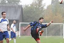 Fotbalisté Trmic (bílé dresy) doma v záchranářském souboji porazili celek Povrlů 2:1.