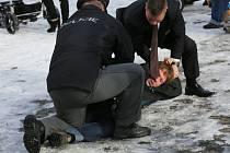 Muže, který na Miloše Zemana v Jirkově hodil rajče a neslušně pokřikoval, policisté zadrželi.