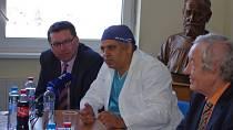 Světový expert Amjad Parvaiz operoval v Ústí nádor konečníku