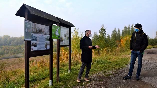 Informativní cedule u jezera Milada.